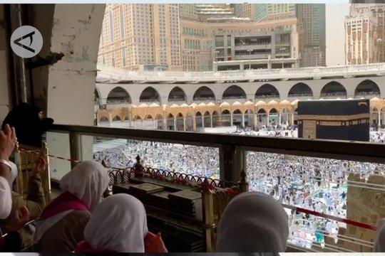 Jamaah tunaikan sholat Jumat di tengah cuaca panas Kota Mekkah