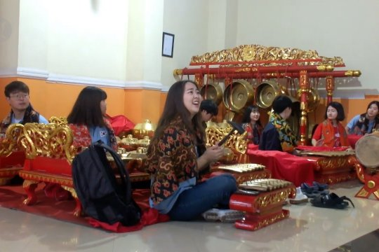 Merdunya alunan musik gamelan mahasiswa Korsel