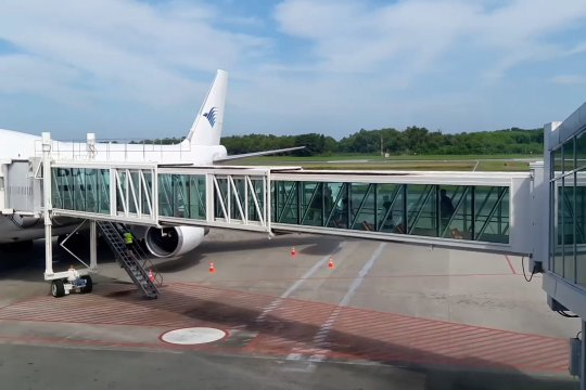 Perdana, Bandara SAMS fasilitasi jamaah calon haji gunakan garbarata