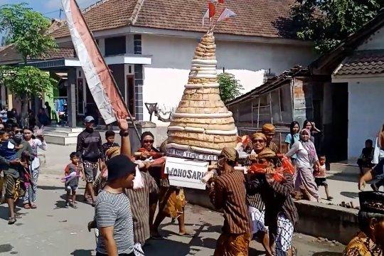 Angkat potensi desa melalui arak-arakan tumpeng tahu tempe
