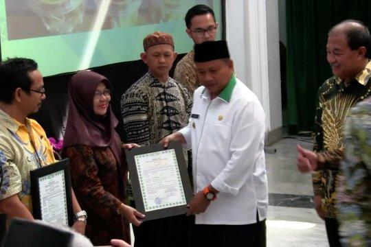 Disperindag Jabar bagikan sertifikat halal kepada 300 IKM