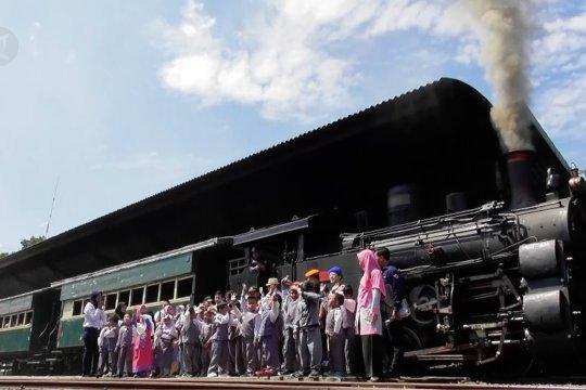 Bergembira bersama belajar mencintai kereta api
