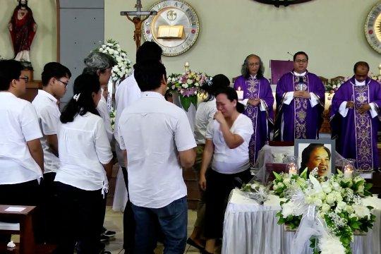 Suasana  misa pelepasan jenazah Arswendo
