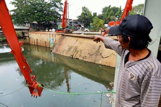 Kali Ciliwung di Pintu Manggarai Surut sejak Juni