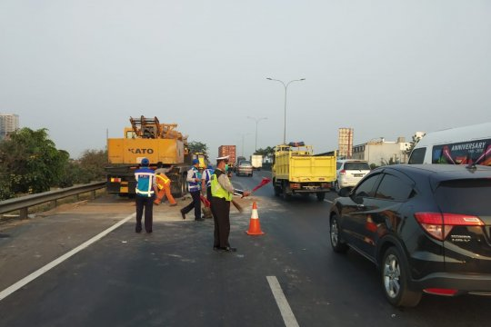 Truk tabrak mobil crane di Tol JORR Jati Asih