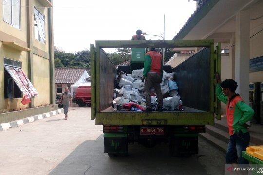 Petugas angkut 30 meter kubik sampah di lokasi pencari suaka Kalideres