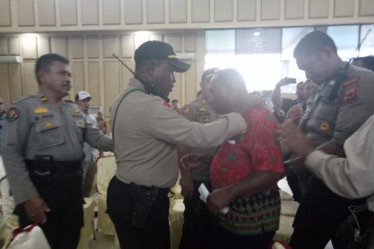 Ricuh, polisi keluarkan pengurus parpol dari ruang rapat KPU Mimika