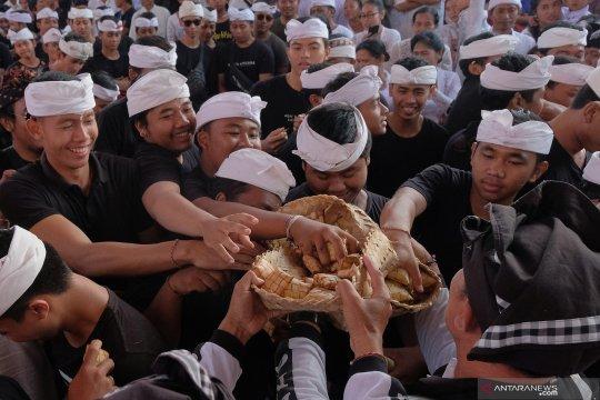 Tradisi perang ketupat di Bali