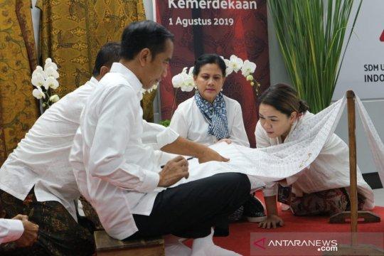 Masuki bulan kemerdekaan, Presiden Jokowi membatik Garuda Nusantara