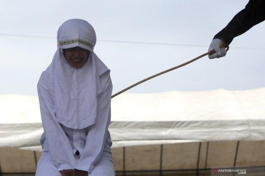 Eksekusi hukuman cambuk pelanggar syariat