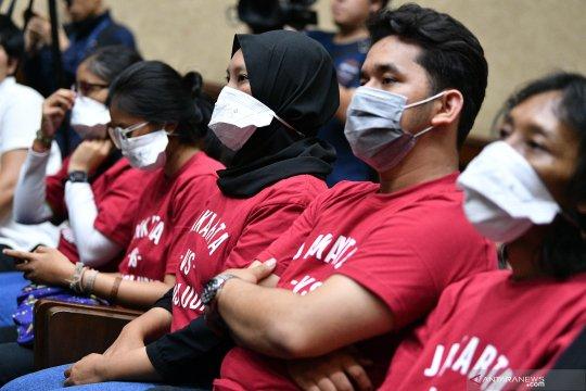 Aksi mengawal sidang gugatan polusi udara