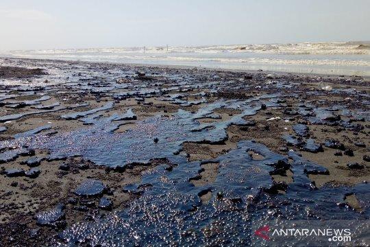 Limbah minyak mentah di Karawang semakin bertambah