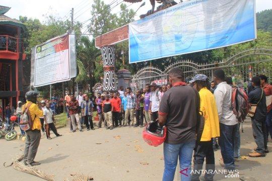 Ratusan mahasiswa Uncen unjuk rasa tuntut janji rektor
