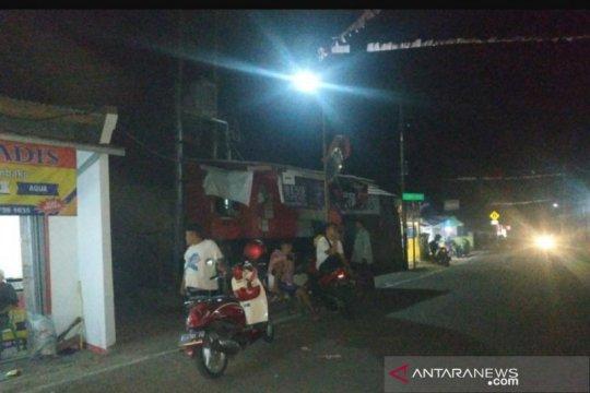 Warga Sukabumi berhamburan  ke luar rumah saat diguncang gempa 7,4 SR