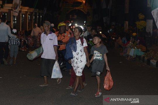 Sebagian warga dua desa sekitar Pantai Ujunggenteng pilih mengungsi