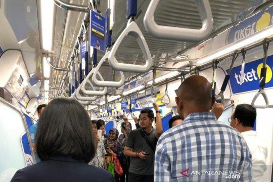 Asiiik...MRT gratiskan layanan usai beroperasi kembali