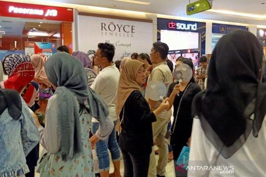 Pengunjung mal di Bekasi dilanda kegerahan