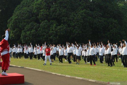 Kabinet Kerja dan keluarga senam bersama di Istana Bogor