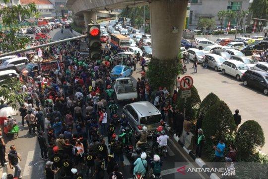 Massa unjuk rasa Gojek bertambah, kendaraan terjebak macet