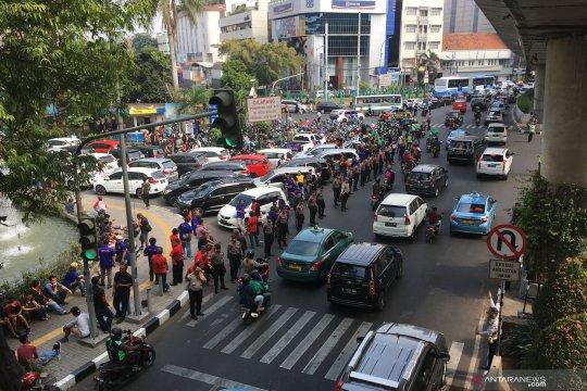 Lalu lintas di depan Pasaraya Blok M padat imbas unjuk rasa