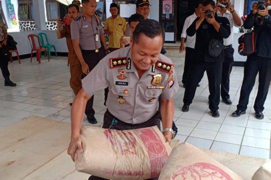 Polda Banten berikan bantuan sembako dan semen untuk korban gempa