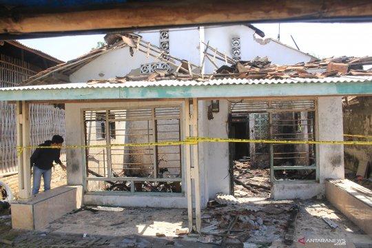 Rumah terbakar diduga akibat lilin yang dinyalakan saat listrik padam