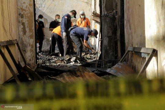 Tim Labfor olah TKP gedung Polda NTT yang terbakar
