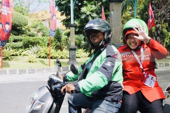 Risma menumpang ojek daring ke arena Kongres V PDIP di Bali