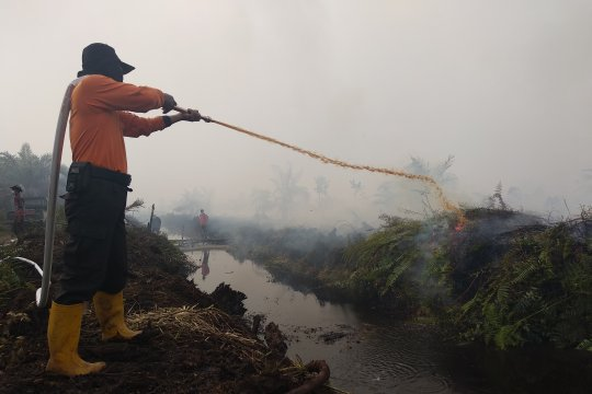 Polres Muarojambi berupaya padamkan lahan terbakar di Kumpeh Ulu