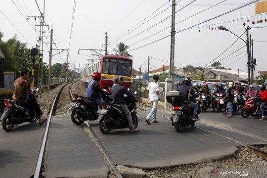 Pergulatan wewenang dan keamanan di perlintasan kereta api