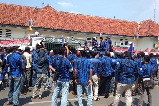 Massa ormas Badak Banten desak legislatif terbitkan Perbup BPD
