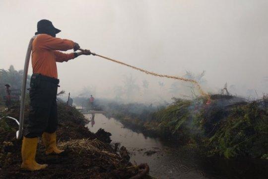 Malam hari kabut asap menyengat masuk rumah warga Kumpeh Ulu