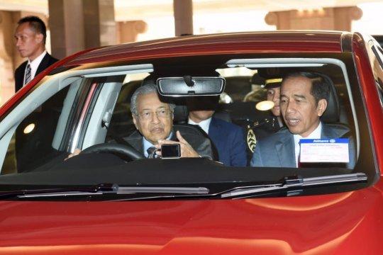 Presiden Jokowi tumpangi mobil yang dikemudikan PM Mahathir Mohammad