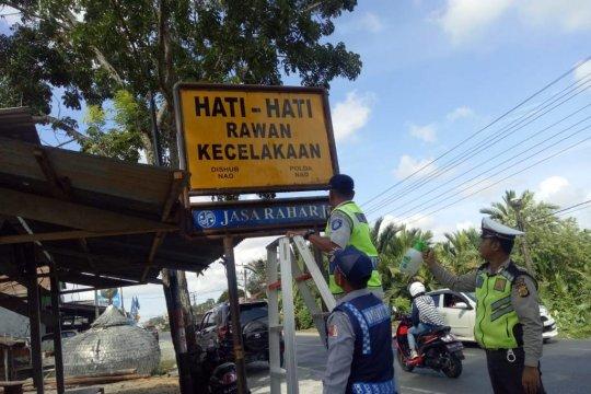 Jasa Raharja Aceh bersihkan rambu lalu lintas