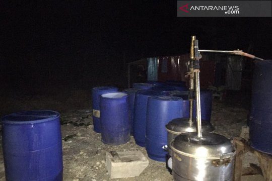 Polisi gerebek rumah produksi cap tikus ilegal di Manokwari
