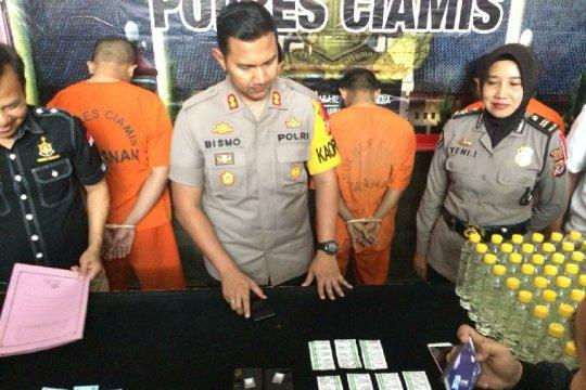 Polres Ciamis mengungkap penjualan minuman keras di bengkel tambal ban