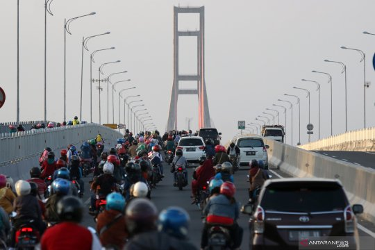 Suasana jembatan Suramadu jelang Idul Adha
