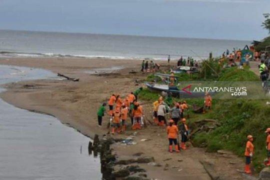 Dinas Lingkungan Hidup aksi bersih Pantai Gunungsitoli