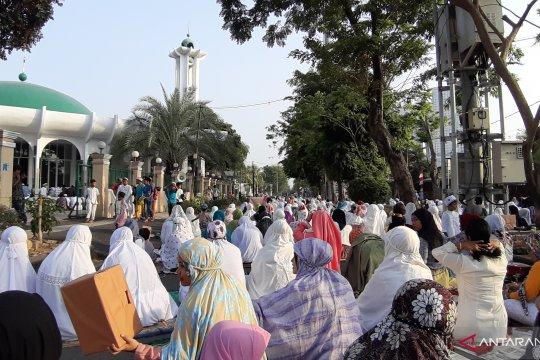 Ratusan jemaah shalat Id di Jakarta Barat tumpah ruah