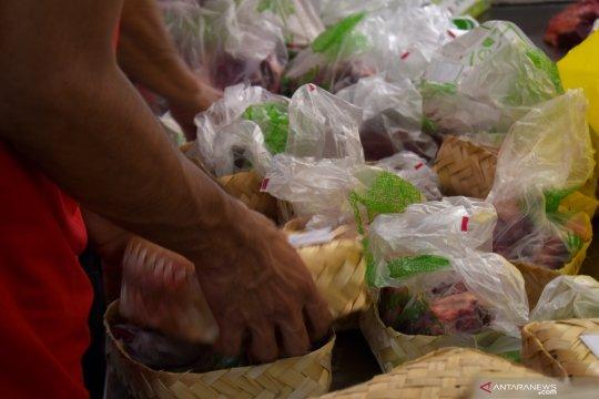 Kala plastik berganti besek untuk bungkus daging kurban
