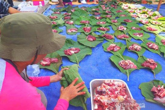 Masjid di Muara Teweh gunakan daun jati untuk wadah daging kurban