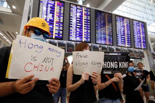 Otoritas Bandara Hong Kong batalkan semua penerbangan pada Senin