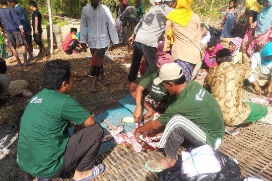 725 KK di Pulau Sapudi menerima daging kurban dari Dompet Dhuafa