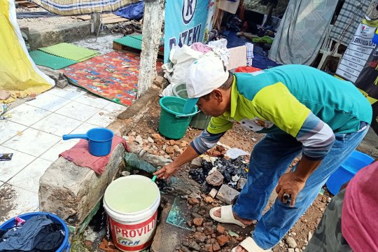 Korban kebakaran Manggarai manfaatkan air dari kebocoran pipa PDAM