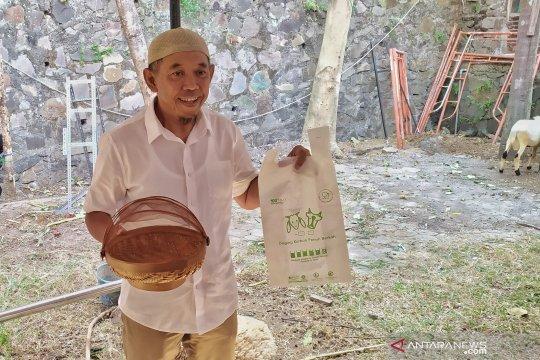 Plastik berbahan singkong untuk bungkus daging kurban di Bandung