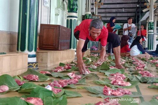 Daun jati digunakan untuk bungkus daging kurban di Yogyakarta