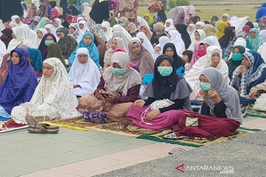 Warga Pekanbaru shalat Idul Adha di tengah asap di Masjid Raya Annur