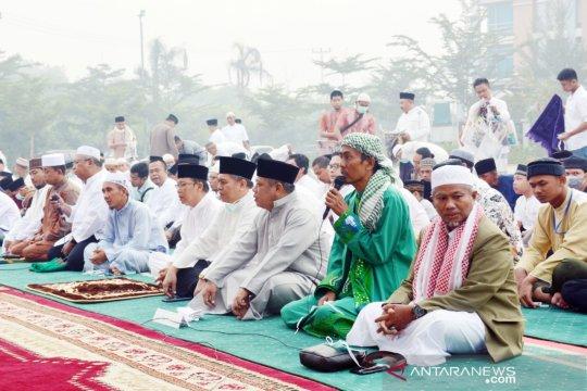 Bupati Kubu Raya shalat Idul Adha bersama warga di tengah kabut asap