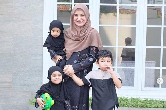 Syahrini, Shireen Sungkar serba putih dan cokelat di Idul Adha 2019