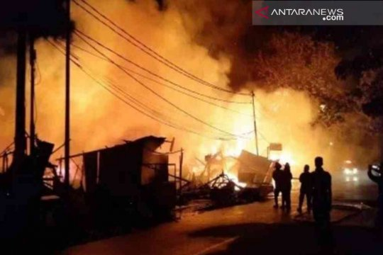 12 unit damkar diturunkan untuk padamkan kebakaran di Pondok Bambu